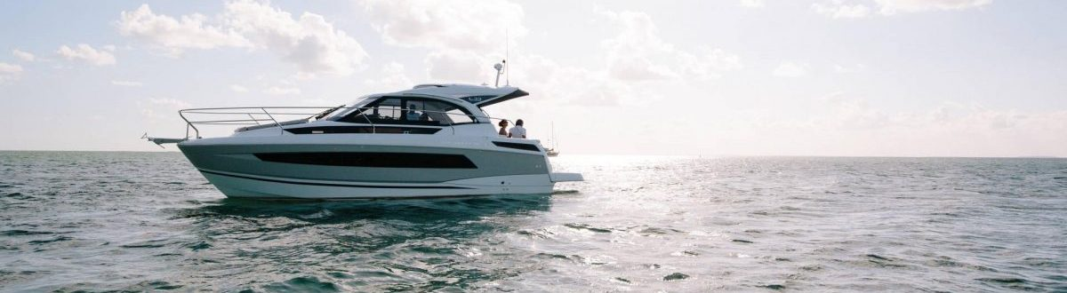 Jeanneau Leader 30 inboard anchored at sea